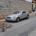 Auto parcheggiata nel bel mezzo dei lavori di scavo