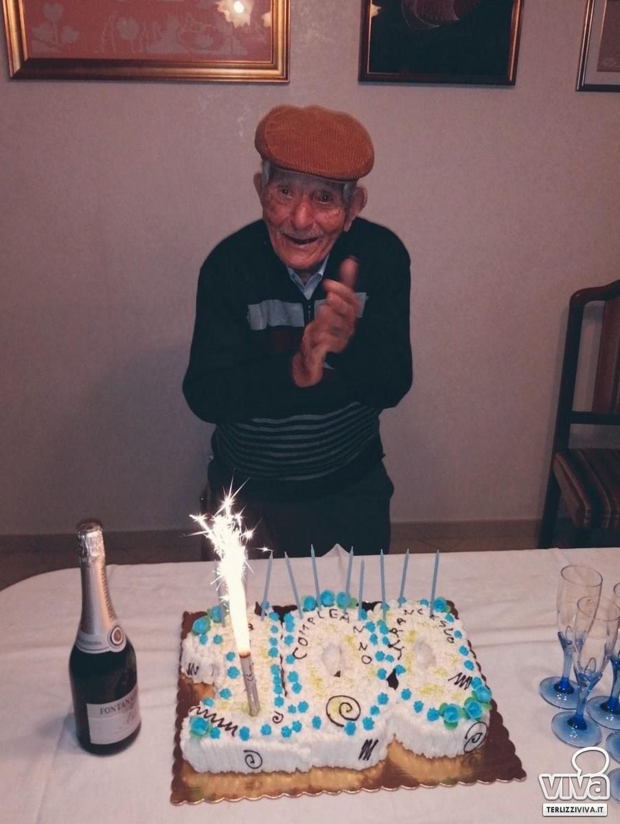 Con la torta del suo compleanno