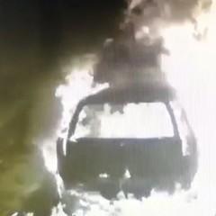 Incendiò un'auto bloccando l'ngresso di casa: preso un 31enne