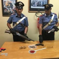 Le pistole e il fucile sequestrati dai Carabinieri