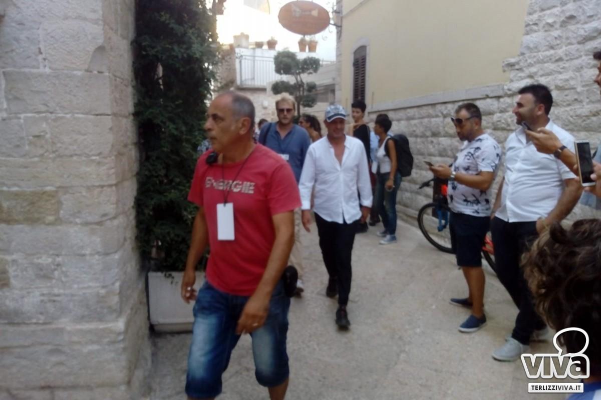 Aldo tra i fans per i vicoli del borgo antico