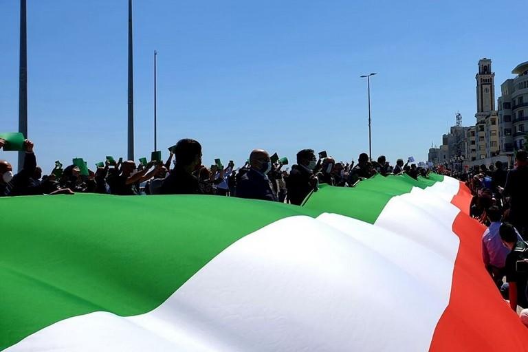 Il tricolore in largo Giannella