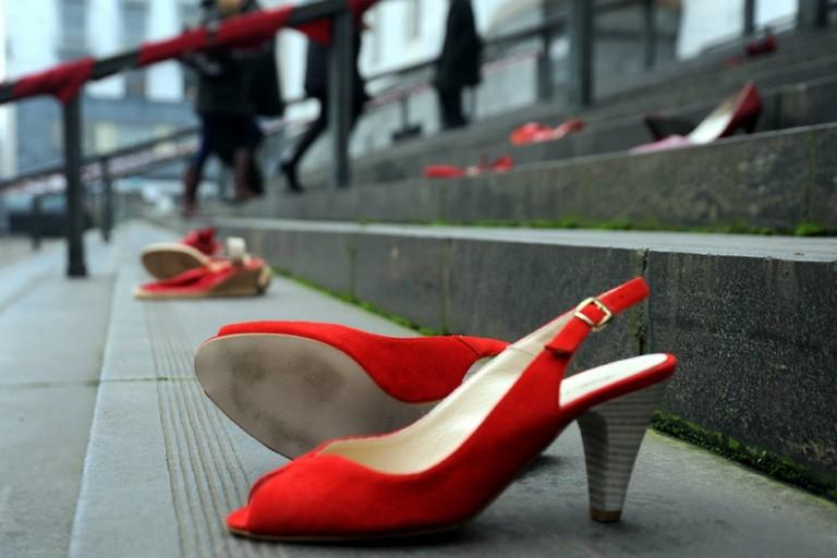 Scarpette rosse contro la violenza sulle donne