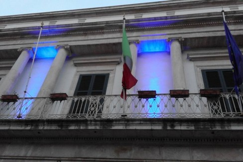 palazzo di città con luci blu