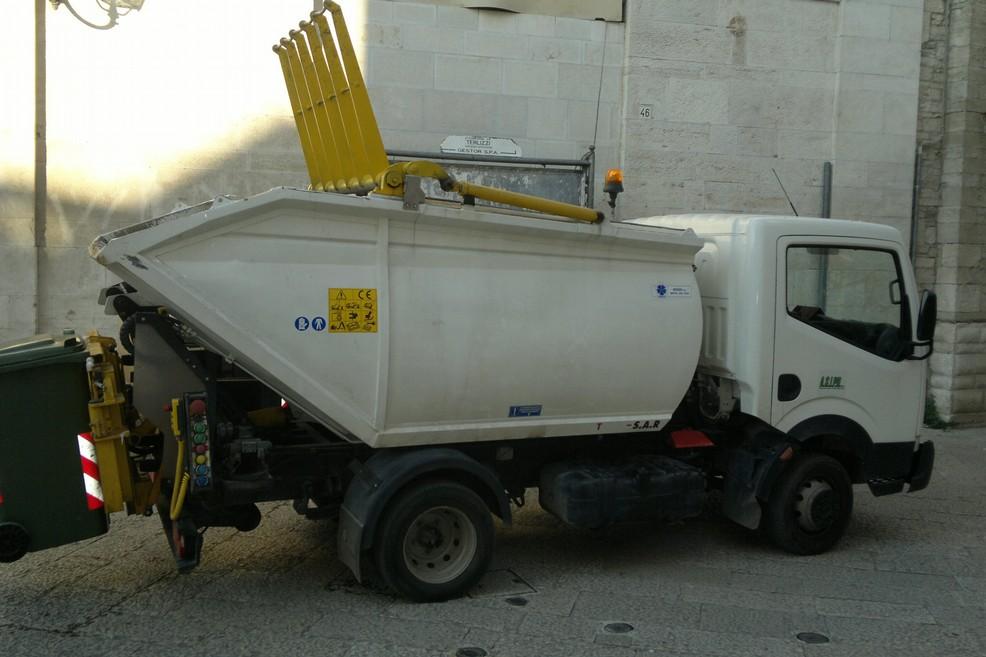 raccolta rifiuti terlizzi. <span>Foto Cosma Cacciapaglia</span>