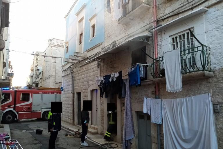 Principio d'incendio in un'abitazione di via Edmondo De Amicis
