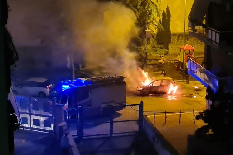 auto in fiamme. <span>Foto Cosma Cacciapaglia</span>