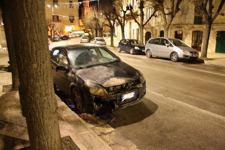 auto incendiata JPG. <span>Foto Cosma Cacciapaglia</span>