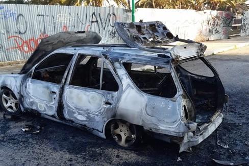 auto incendiata. <span>Foto Cosma Cacciapaglia</span>