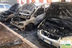 Inferno di fuoco: incendiate tre auto. L'escalation non si ferma