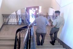 Il montascale di palazzo di città fermo da un anno, disagi per anziani e disabili
