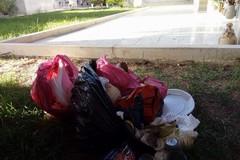 Sacchi di rifiuti nel cimitero, ora la Polizia potrebbe decuplicare le multe
