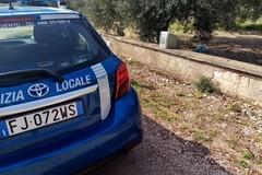 Colte in flagranza mentre abbandonavano un televisore sulla via Appia