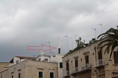 Antenna telefonica in piazza IV Novembre, danneggiata dal vento.