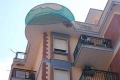 Pericolo di crollo per una veranda di viale Roma