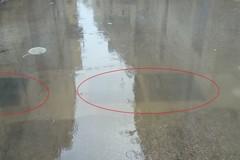 Caditoie e tombini intasati: le strade si allagano dopo pochi minuti di pioggia