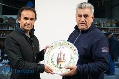 Il sindaco Gemmato dona al Papa un piatto di ceramica di Terlizzi