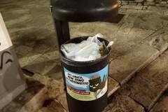Adesivi di sensibilizzazione apposti sui cestini portarifiuti di Terlizzi