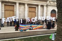 """Flash mob sotto il Comune:""""Fateli scendere"""" lo slogan contro il governo"""