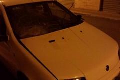 Uno scoppio di petardi e un vetro in frantumi: danneggiata una Fiat Punto bianca