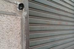 Ladri in azione in pieno giorno: tentato di forza l'ingresso di un garage