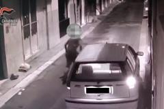 Incendiò un'auto bloccando l'ingresso di casa: preso un 31enne