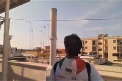 """Un 25 aprile diverso: Giuseppe Volpe canta e suona dal balcone """"Bella Ciao"""""""