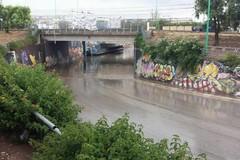 Pioggia incessante in città, strade allagate e sottopasso chiuso