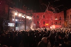 Piazza Cavour ribolle di giovani / FOTO