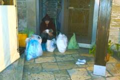 La donna col giubbino rosso, un'altra senzatetto in cerca di riparo a Terlizzi