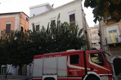 Vola la guaina dal tetto di un edifico di Corso Dante: intervengono i Vigili del Fuoco