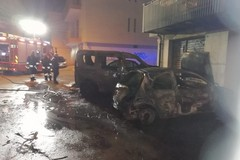 Notte di fuoco a Terlizzi, incendiate due auto in via Trieste