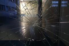 Rompe il vetro della porta del pronto soccorso. Poi fugge
