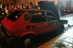 L'auto prende fuoco mentre è in marcia, paura in via Bovio
