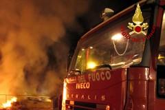 Notte di fuoco, due auto distrutte da un incendio in via Bovio