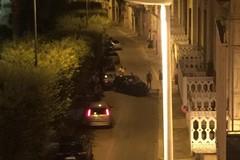 Perde il controllo dell'auto e si schianta contro un palazzo, paura in via Roma
