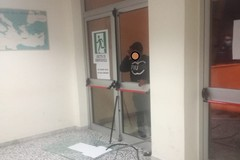 """Alterato distrugge la vetrata di una porta di emergenza dell'Ospedale """"M.Sarcone"""""""