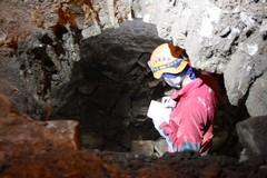 Gli speleologi in largo Poerio: ispezione all'interno della cisterna