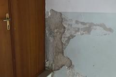 """Il """"Sarcone"""" cade a pezzi: calcinacci nelle stanze, porte e mattonelle divelte (LE FOTO)"""