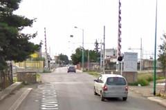 Urta contro il passaggio a livello causando il blocco dei treni: denunciato