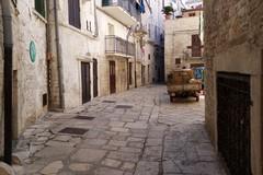 Affidati i lavori di riqualificazione della pavimentazione  di tutto il Borgo Medievale. Le FOTO