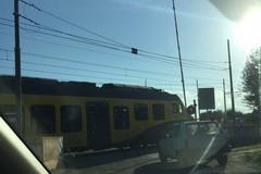 Arriva il treno ma il passaggio a livello resta aperto