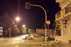 Pericolante e spento da settimane il semaforo in Viale Federico II