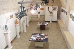 Small Art, gli artisti regalano piccole opere d'arte ai visitatori