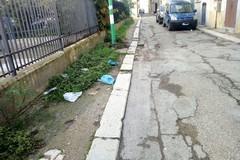Via Carità: marciapiedi mai completati e rifiuti, l'appello di un'ottantenne al sindaco
