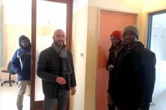 L'accoglienza in via Firenze, migranti al riparo dalla neve