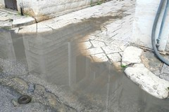 In via Petrarca voragini e pozzanghere, necessario il ripristino del manto stradale