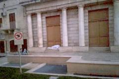 Addormentato sulle scale del Municipio. Grassi: il sindaco rafforzi i servizi sociali