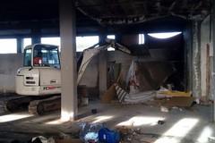 Una pala meccanica per ripulire l'ex mobilificio Giancaspro - LE FOTO