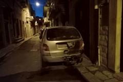 Auto in fiamme nella notte nel centro storico. Il rogo in via Cialdini